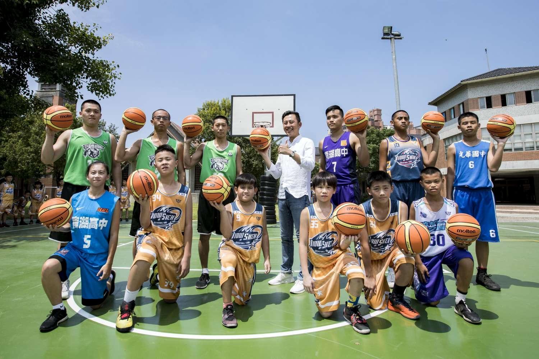 竹市「HBL搖籃」舊社國小全新籃球場啟用 市長林智堅化身一日教練